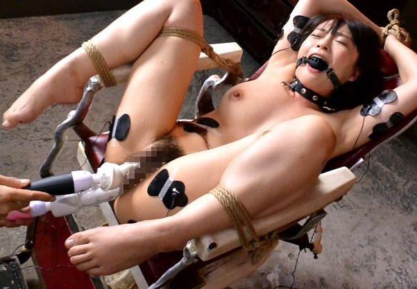 美人女優さんを完全拘束して丸見えマンコやアナルに性拷問!2穴責めの激しい刺激で腰砕け絶頂アクメ!