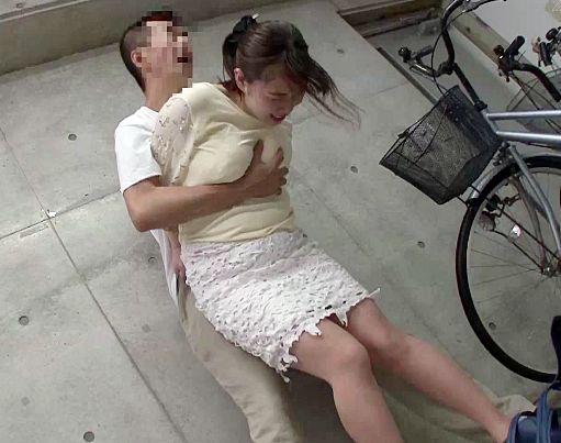 出産後で感度急上昇したママチャリ奥さんを駐輪場で襲撃!敏感マンコを容赦なく犯してイカせまくる!