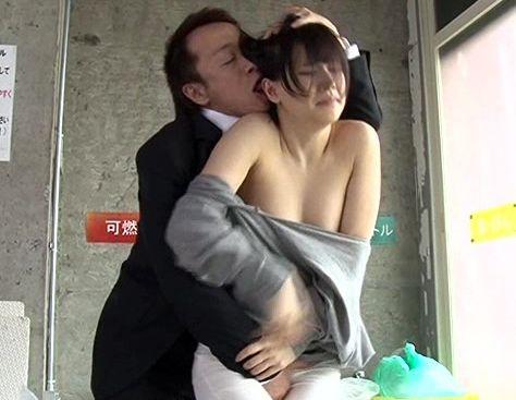 ゴミ出し中の若奥さんがノーブラ乳首チラリwwそれを見た男が理性崩壊しちゃって即座に襲い掛かる