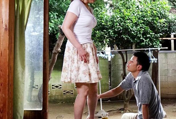 息子の同僚に弱みを握られる未亡人。逆らえないまま好き放題に犯されてしまう・・・