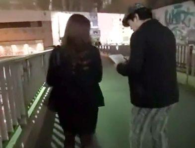 《人妻ナンパ》街頭インタビューで声をかけた20代奥さん。ホテルへ誘って即ハメ寝取りチンポ挿入w
