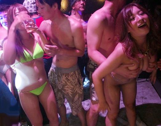 媚薬まみれのヤリマンギャルがセックスパーティーww発情しまくり見境ない乱交でチンポとハメ狂う♡