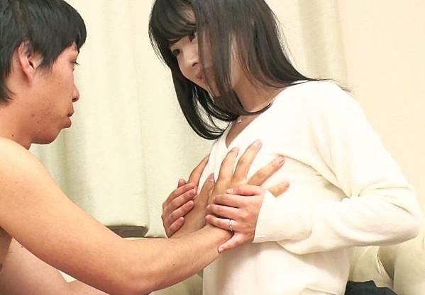 ドスケベ看護婦さんが童貞男子を筆おろし♡マンコから溢れた中出しザーメンをすくってごっくん!