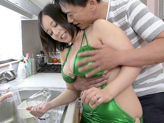 エロすぎる巨乳ボディで旦那やその友人を誘惑♡下品でスケベな奥さんがパイズリや素股でザーメン搾精
