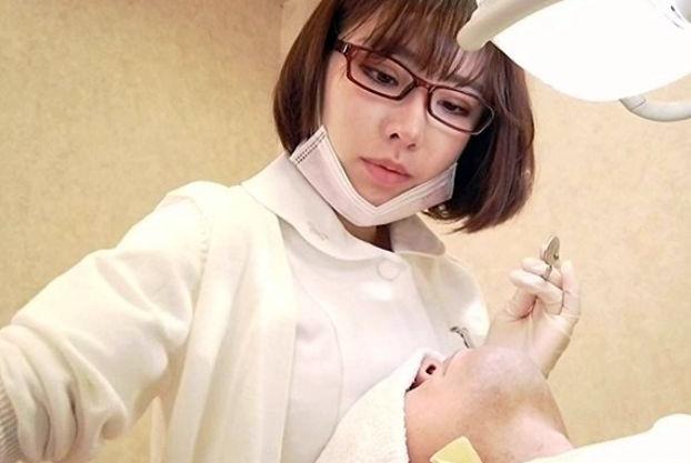 エロカワ歯科衛生士さんが巨乳を押し付けてベロチュー♡フル勃起する患者のチンポを弄りながらねっとり乳首責めw