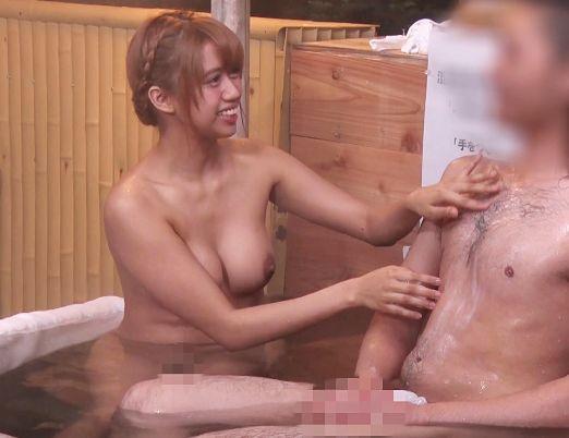 温泉街で見つけた大学生男女が混浴体験ww女友達の巨乳おっぱいにムラムラしてSEXするのかモニタリング