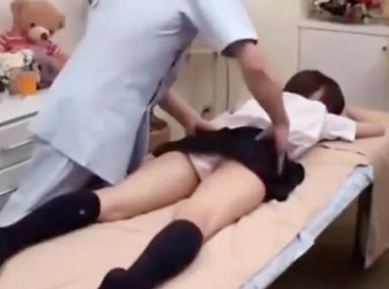 ママと一緒にエステに来た制服少女に変態男がイタズラwwオイルマッサージで性感刺激して濡れたマンコを手マン責め
