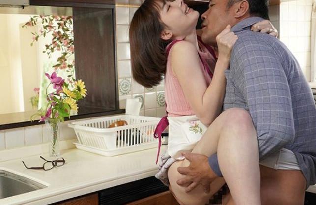 旦那の目を盗んでキッチンで即ハメSEX。バレないように義父とパコる若奥さんがそのまま中出しされるw