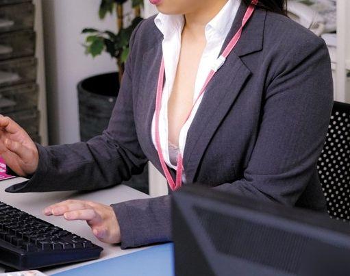 OLお姉さんのシャツから覗く谷間がエロすぎるww興奮した同僚男性がオフィスで巨乳おっぱい鷲掴み!