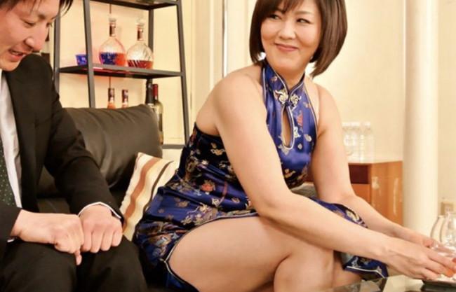 チャイナドレスの熟年ママさんが常連さんにフェラ抜きサービス♡癒し系豊満ボディでドスケベ接待♡
