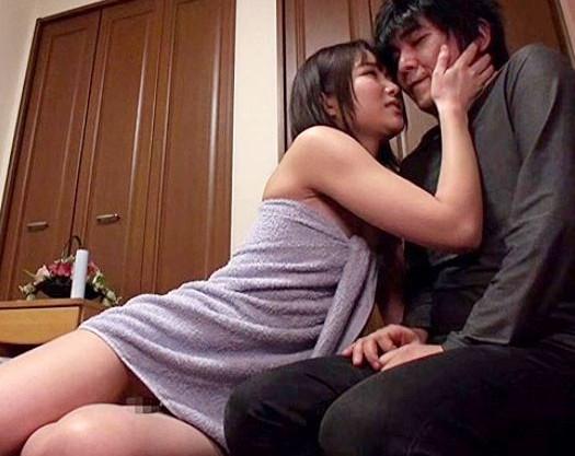 親友の彼女に全裸で誘惑されてフル勃起wwバレないように据え膳マンコとこっそり即ハメ膣内射精♡