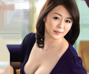 42歳の熟女ボディが息子の同級生たちの慰み者に・・・全裸に剥かれて容赦なく犯される豊満お母さん