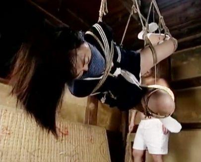 セーラー服少女の身体を荒縄で緊縛して宙吊り拘束!おじさん調教師がバイブや蝋燭で激しく責めまくる官能SM!