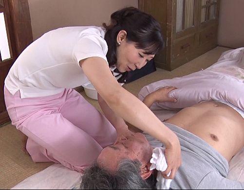 訪問介護の奥さんは男の欲情をそそるムチムチ豊満ボディ♡弱々しい爺さんたちの元気すぎるチンポに性欲処理サービスw