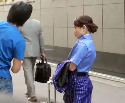 現役CAお姉さんが仕事帰りに筆おろしww制服姿のまま童貞チンポにエッチなおもてなしサービス♡