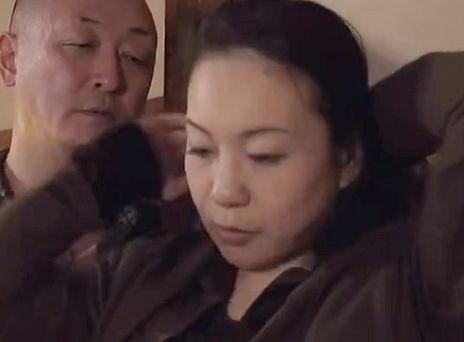 《ヘンリー塚本》ドスケベ熟女が身体をまさぐられて悶絶。中年男女が性欲剥き出しでハメまくるエロドラマ