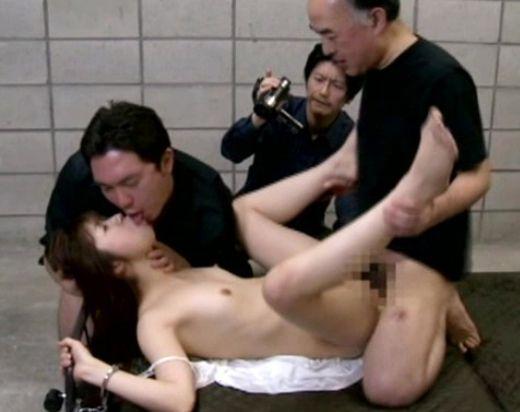 《ヘンリー塚本》ドM美女のスレンダーボディを拘束・・・男2人で徹底的に犯しまくる3Pセックスを撮影