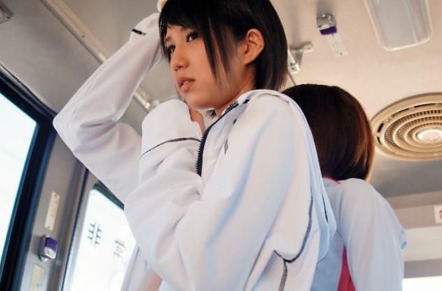 バス車内で身体をまさぐられるアスリートお姉さん。女性コーチと女子部員のエッチなレズ指導で悶絶しまくる
