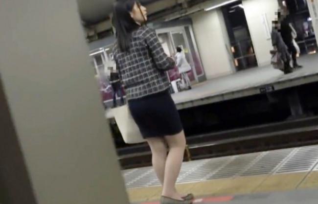 エロ尻OLさんに興奮する痴漢魔が電車内でスカートぶっかけ。そのまま即ハメ挿入して立ちバックで犯しまくる