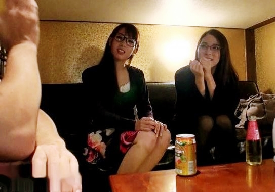 メガネ美人で巨乳おっぱいのドスケベ姉妹wwホテルへ連れ込んで1本のチンポを姉妹丼ダブルフェラ♡