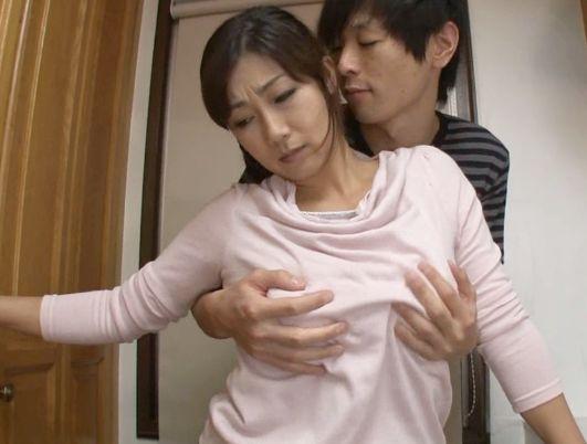 ドスケベ巨乳お母さんが息子の友達と肉体関係に・・・若いチンポに堕とされてキッチンでこっそり騎乗位不倫SEX