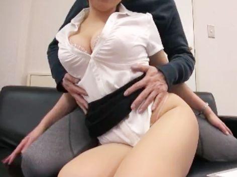 生保レディのお姉さんがムチムチ巨乳ボディで客を誘惑wwオフィスで枕営業してハメ撮りSEXでパコパコしまくる