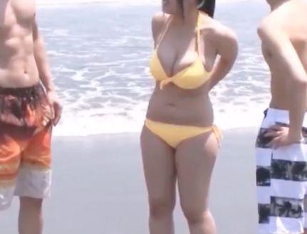《素人ナンパ》ムチムチ巨乳ボディのビキニお姉さん。群がるチンポを片っ端からパイズリ抜きしちゃうw