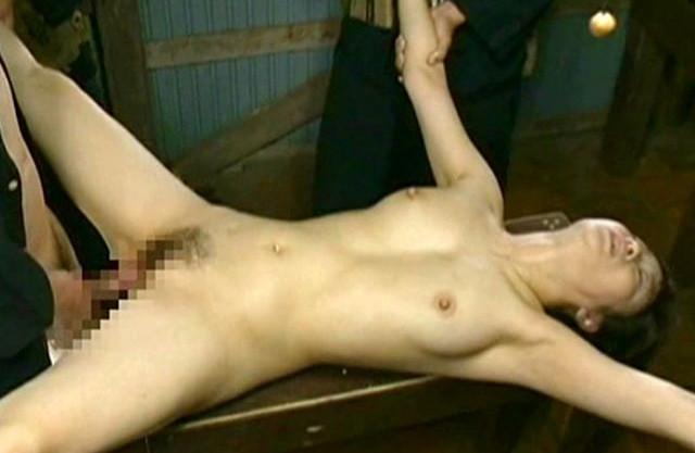 《ヘンリー塚本》敵兵に捕まって全裸で拘束される美女。女体に飢えた兵士たちの慰み者にされて問答無用で犯されまくる