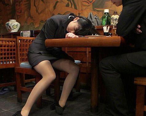 居酒屋で飲んでたら後輩OLが酔い潰れたwwそのままホテルへ連れ込んでやりたい放題ハメまくる先輩社員