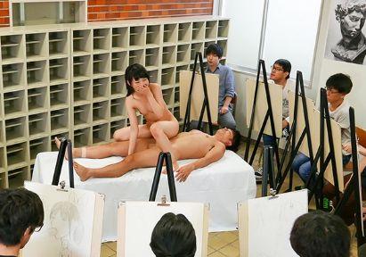 ヌードモデルのお姉さんに共演男性がチンポ挿入wwデッサン中の男たちが見つめる中でピストンに耐えられず悶絶する