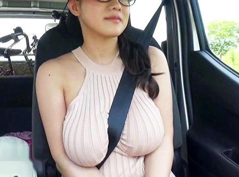 Kカップ爆乳おっぱいのメガネお姉さんがエロすぎるww勤務先の店長とハメまくりドスケベ旅行でSEX三昧