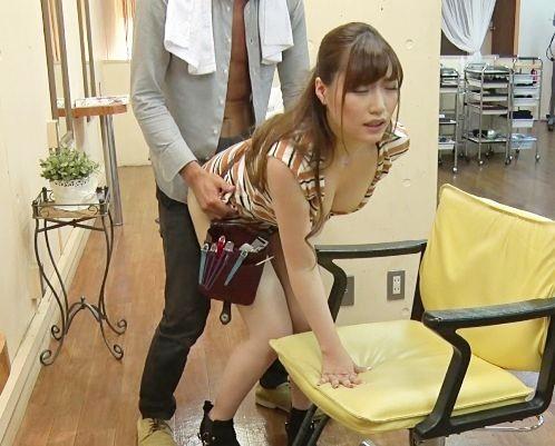 エロすぎる美容師お姉さんが男性客をこっそり誘惑♡バレないように声我慢しながら店内で即ハメ立ちバックw