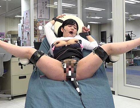 超回転の強力電マ責めでマンコをビクつかせるOLお姉さんww仕事中のオフィスでお漏らししながら絶頂イキ連発