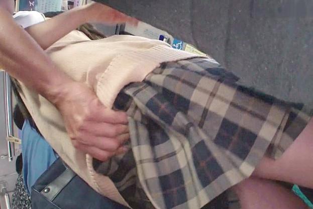 バス車内で痴漢に襲われてイタズラされる制服女子。巨乳ボディにフル勃起したチンポを問答無用でねじ込まれてしまう