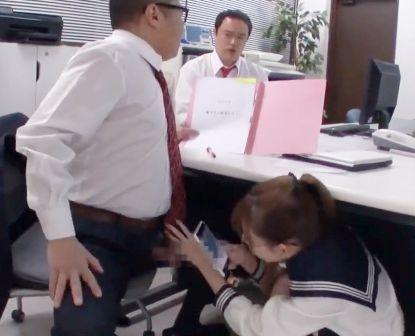 セーラー服少女が先生のチンポを職員室でこっそりフェラww周囲にバレないように咥えてザーメンを搾り取る