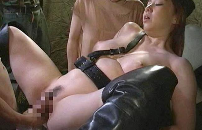 《ヘンリー塚本》性欲旺盛なおばさん軍人が捕虜の若いチンポで性欲発散。SEXを強要して無理やりハメまくる