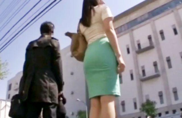 タイトスカートのムチ尻お姉さんをバス車内で襲撃!痴漢チンポをねじ込んで即ハメしたらスカートにザーメンぶっかけw