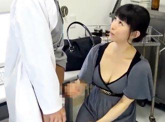 EDの旦那に欲求不満を募らせる奥さん。相談に訪れた泌尿器科で医師のデカチンを見せられて即ハメ中出し不倫SEX