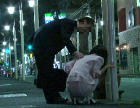 大丈夫ですか?酔って座り込む女を見つけてそっと介抱…やさしい言葉に甘えていたらホテルでめちゃくちゃ犯された