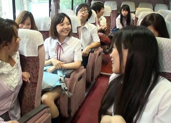 <ハーレム>クラスの女子たちに囲まれて男は自分1人の修学旅行。さっそくバスの中でフェラ抜きしてきてヤバすぎるww