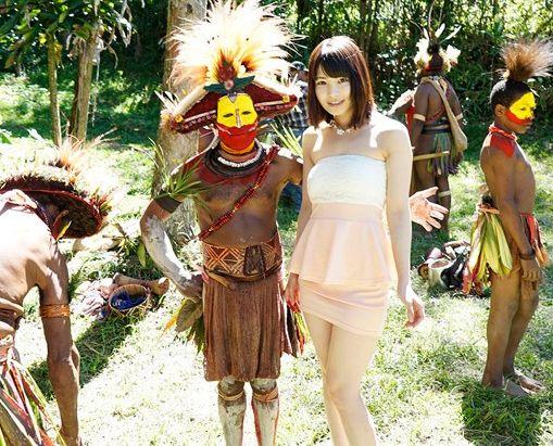 ★橘花音★パプアニューギニアのネイティブチンポと日本のセクシーアイドルが野外ハメ。即ハメ青姦セックスでドスケベ交流会ww
