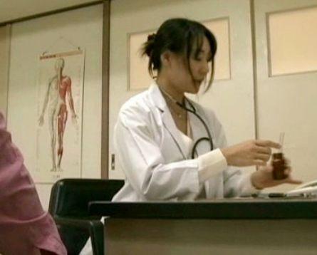 三十路の美人女医が患者の勃起した肉棒に跨り騎乗位でガンガン腰振りイキ散らす<ヘンリー塚本>