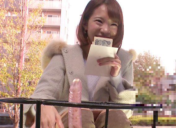 ちょっとこれヤバイってwwマシンバイブに笑顔で跨って激イキwwお金に釣られたカップル彼女が膣内を掻き回されて絶頂しまくる