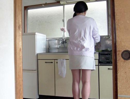キッチンに立つ母の後ろ姿に欲情する息子・・・お尻を撫でまわしていたら辛抱たまらず襲い掛かって強引に母子相姦SEX