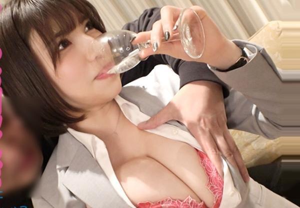 むっちりGカップ爆乳のエロお姉さんは不動産事務OL。会社をサボってお出かけしたらナンパ師とスーツ姿のまま即ハメSEX♡