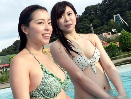 プールで見つけた2人のエロカワ水着お姉さん♡すぐさま声をかけて即ハメしたら思いのほか淫乱ビッチでノリノリ乱交SEX♡