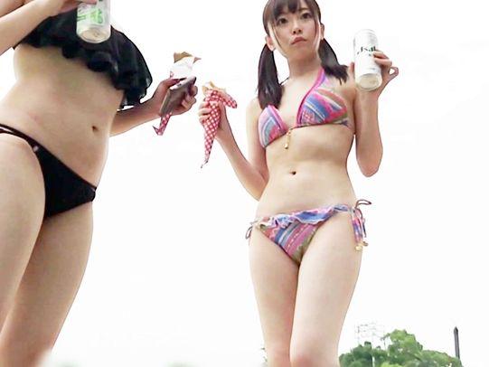 プールで見つけたスレンダーなビキニお姉さん2人組をナンパ成功ww即ハメ4P乱交SEXで快楽をむさぼって絶頂イキしまくる