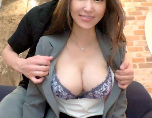 Fカップ巨乳の社長夫人が旦那の部下と不倫SEX♡スーツも脱がずチンポに跨って腰をガンガン振りまくりエロボディが悶絶イキww